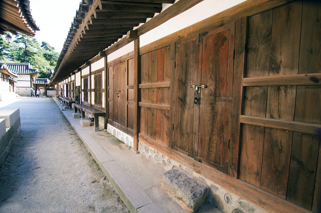 관동팔경과 경포대를 유람하는 선비들의 숙소로 사용되었다는 23칸의 행랑채는 선교장의 규모를 짐작게 해 준다.