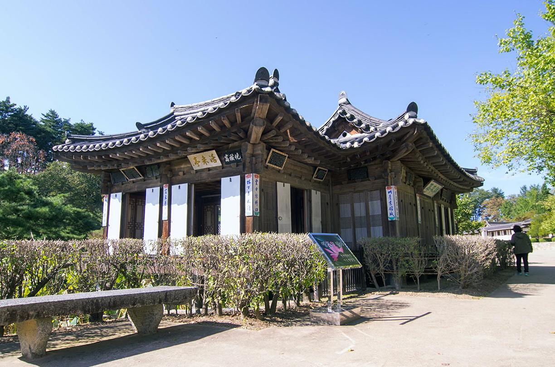 1816년에 활래정(活來亭)과 연못을 만들고 거기 연꽃을 심음으로써 마침내 선교장이 완성되었다.