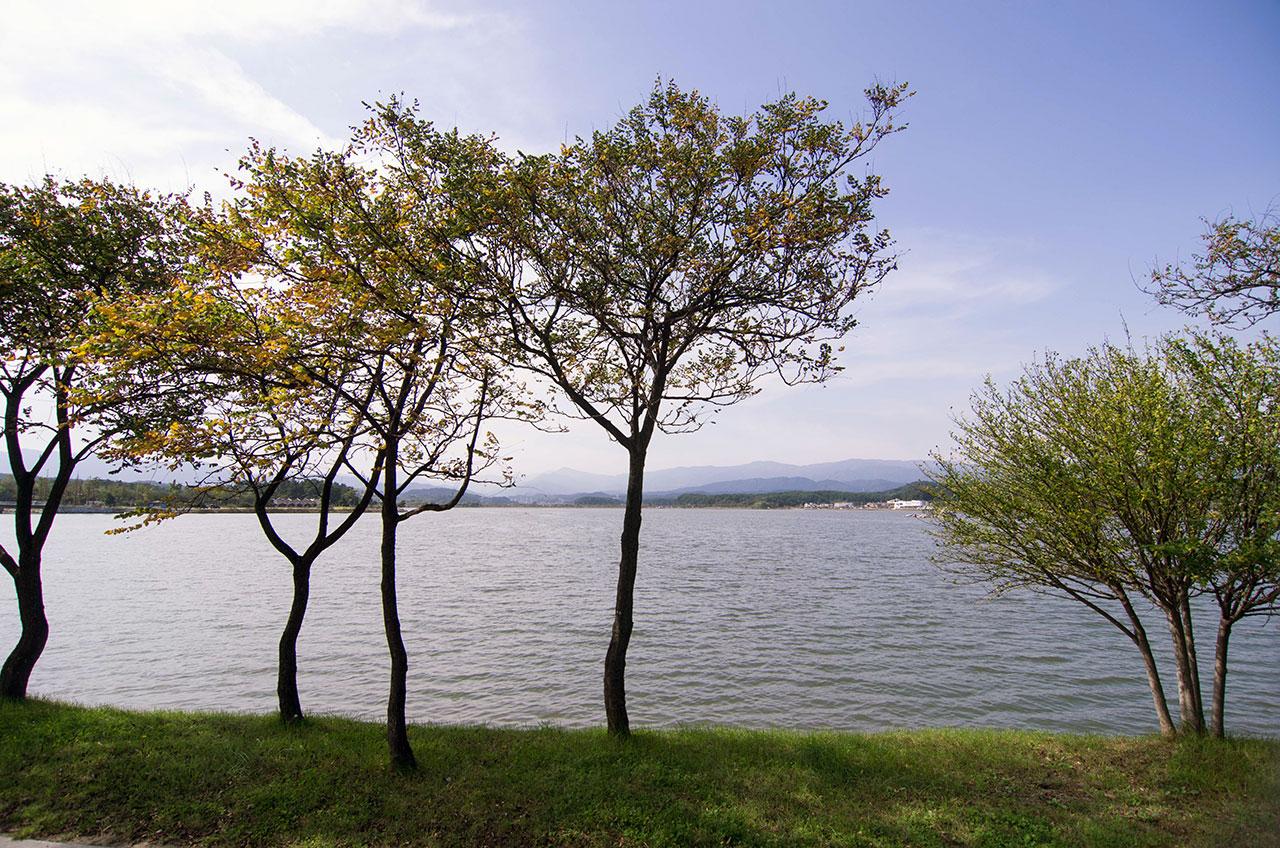 """바다와 이어지는 자연 석호(潟湖)인 경포호. 정철은 <관동별곡>에서 이 호수를 """"십 리나 뻗쳐 있는 얼음같이 흰 비단을 다리고 다시 다린 것 같은 / 맑고 잔잔한 호숫물""""이라 노래했다."""