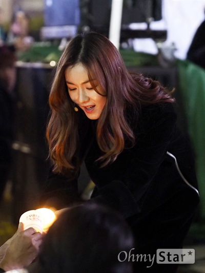 제1회 '물러나Show' 무대 지난 18일 오후 7시, 서울 청계광장에서 제1회 '박근혜 퇴진 광장 촛불 콘서트 물러나Show' 무대가 열렸다. 민중가수 안치환, 밴드 바드, 밴드 아시안체어샷, 래퍼 피타입, 마임이스트 조성진, 시인 문동만 그리고 시민과 함께하는 뮤지컬 배우 20명이 함께 만드는 무대였다.