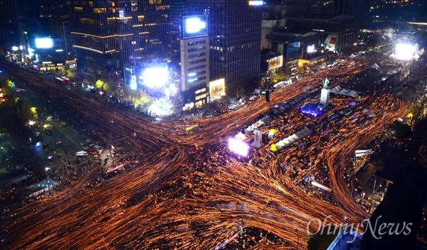 19일 오후 서울 광화문광장 일대에서 열린 4차 촛불집회에 참석한 시민들이 촛불을 들고 '최순실 게이트' 진상규명과 박근혜 대통령 퇴진을 촉구하며 가두행진을 하고 있다.