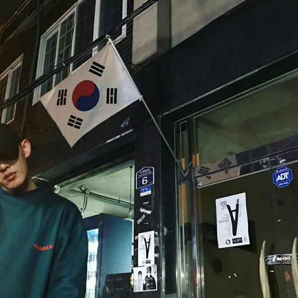 지난 10월 21일, 배우 유아인은 자신의 인스타그램에 태극기를 배경으로 서 있는 사진을 올렸다.