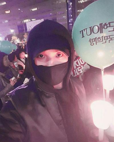 """배우 이준이 자신의 인스타그램에 올린 촛불 집회 참여 사진. """"현재 광화문 25만입니다. 오늘 목표는 50만이라고 하네요. 어서 모여주세요!"""""""