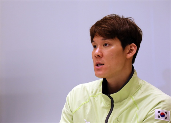 '마린보이' 박태환이 21일 오전 일본 도쿄 시내 기자들을 만난 자리에서 인터뷰하며 김종 전 차관과 관련된 발언을 하고 있다.