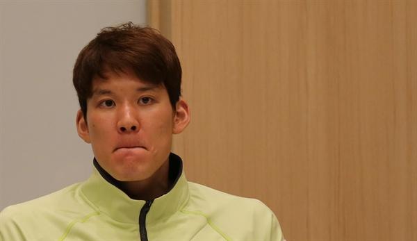 '마린보이' 박태환이 21일 오전 일본 도쿄 시내 기자들을 만난 자리에서 인터뷰하며 기자들의 질문을 듣고 있다.