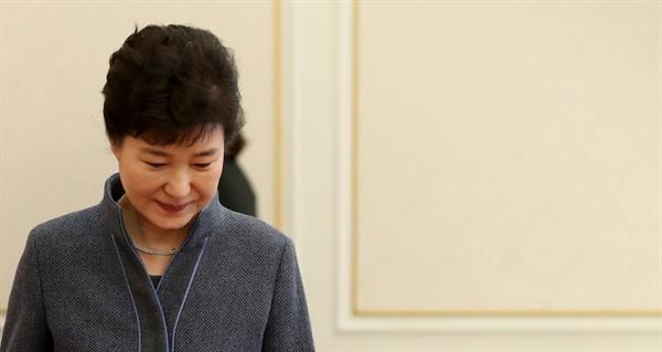박근혜 대통령이 지난 18일 오후 청와대에서 열린 신임 대사 신임장 수여식에 참석하고 있다.