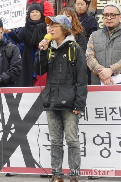 21일 오후 1시, 서울 세종문화회관 계단에서 독립 영화인들의 시국선언문 발표가 있었다. 시국선언을 주도한 독립영화인 중 한 명인 경순 감독이 마이크를 잡았다.