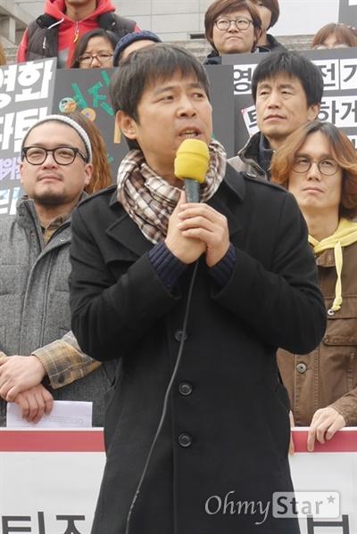 21일 오후 1시, 서울 세종문화회관 계단에서 독립 영화인들의 시국선언문 발표가 있었다. 고영재 인디 플러그 대표가 발언하고 있다.