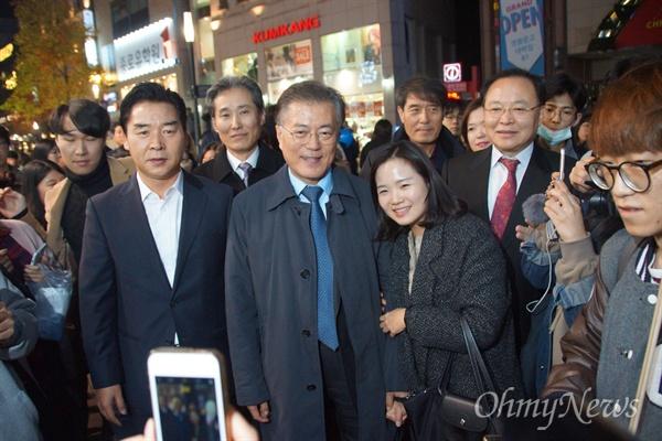 대구백화점 앞에서 열린 박근혜 퇴진 촛불집회에 참석하기 위해 동성로를 찾은 문재인 더불어민주당 전 대표가 시민들과 함께 사진을 찍고 있다.