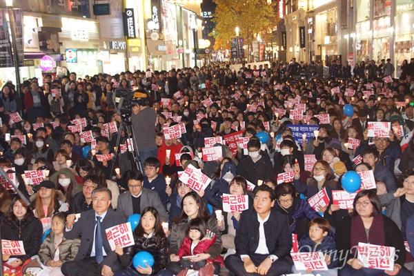 21일 오후 대구백화점 앞에서 열린 박근혜 퇴진 시국집회에 문재인 더불어민주당 전 대표가 참석하자 1500여 명의 시민들이 나왔다.