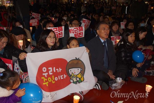 문재인 더불어민주당 전 대표가 21일 대구백화점 앞에서 열린 박근혜 퇴진 시국 촛불집회에 참석해 앉아 있다.