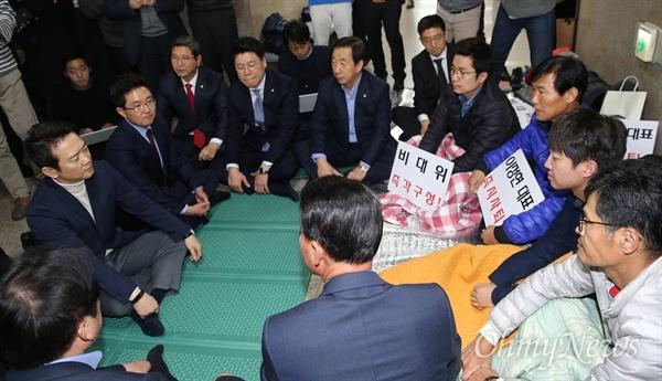 새누리당 김용태 의원과 남경필 경기지사가 22일 오전 서울 여의도 국회 정론관에서 탈당 선언을 한 뒤 이정현 대표의 사퇴를 촉구하며 단식 농성 중인 원외 당협위원장들을 찾아 격려하고 있다