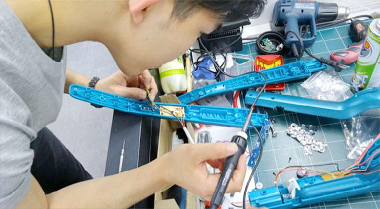 진공청소기의 배터리를 교체하는 모습