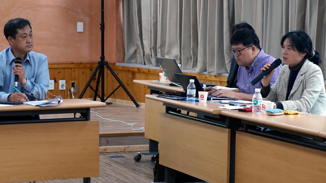 귀농귀촌 쟁점토론 구자인 충남마을만들기지원센터장(왼쪽)의 사회로 귀농귀촌 10대 쟁점에 대한 토론이 진행됐다.