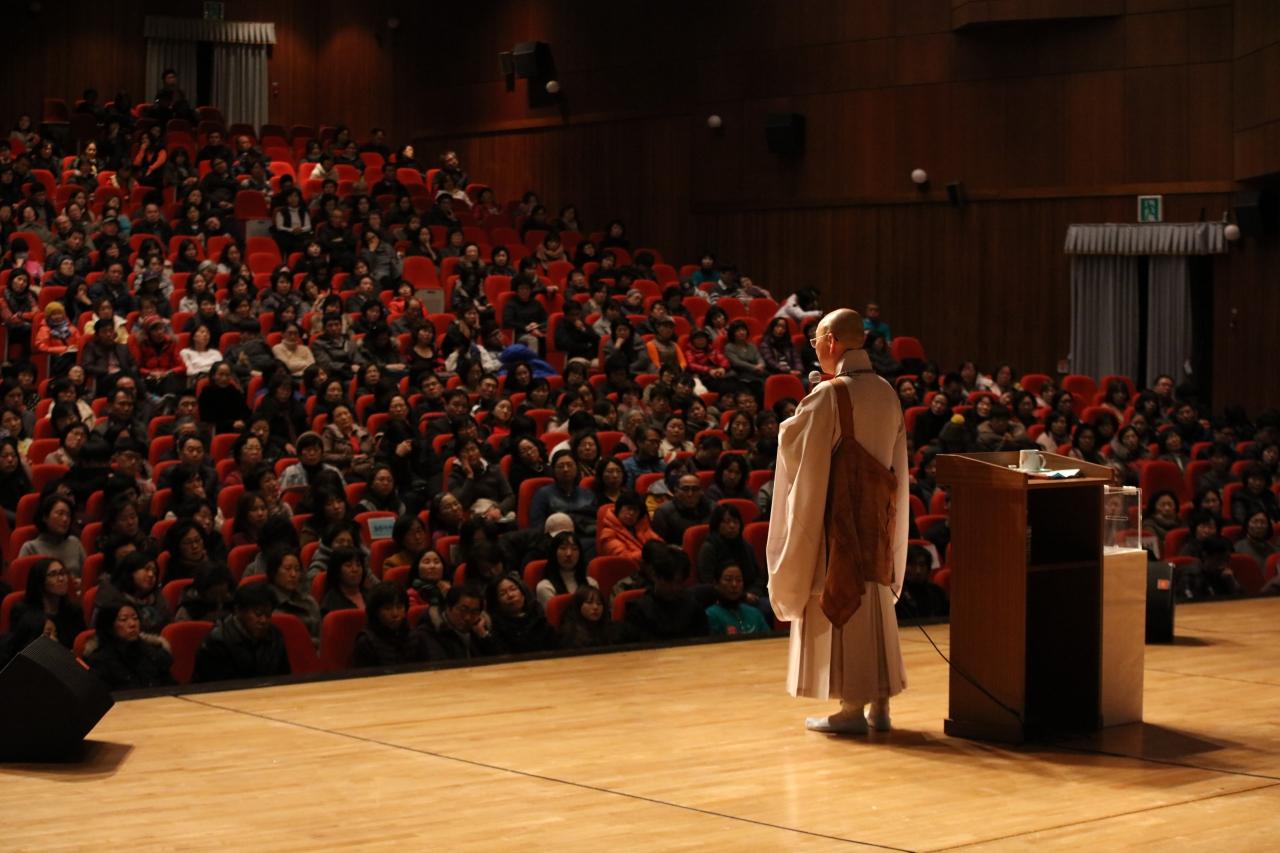 즉문즉설 법륜 스님의 즉문즉설 강연은 현재 30개 도시 순회를 하고 있다. 다음주까지 울산(11월25일), 군포(11월29일), 청주(11월30일), 전주(12월1일), 목포(12월1일)에서 강연일정을 남겨두고 있다.