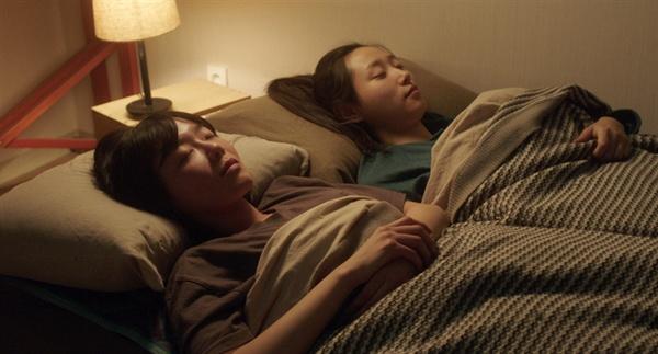 영화 <연애담>의 한 장면. 생생하고도 절제된 두 사람의 베드신이 자아내는 분위기가 매력적이다.