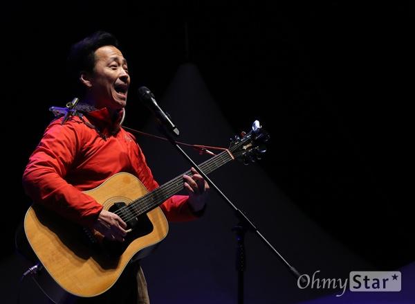 가수 강산에가 25일 오후 서울 광화문광장에서 열린 박근혜퇴진 광장촛불 콘서트 '물러나 SHOW'에서 공연을 선보이고 있다.
