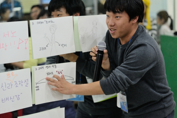 박근혜-최순실 게이트, 세월호, 국정교과서, 위안부 문제 등 우리의 진실의 역사를 찾아 지켜나가야 한다고 설명하는 석현수 학생.
