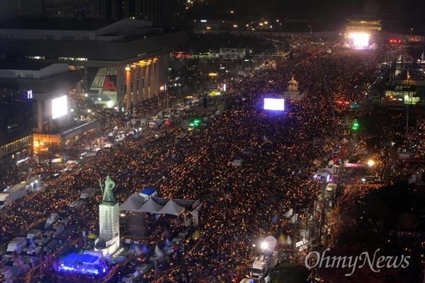박근혜 대통령 퇴진을 요구하는 5차 촛불집회가 열린 26일 서울 광화문 광장이 촛불을 든 시민들로 가득차 있다.