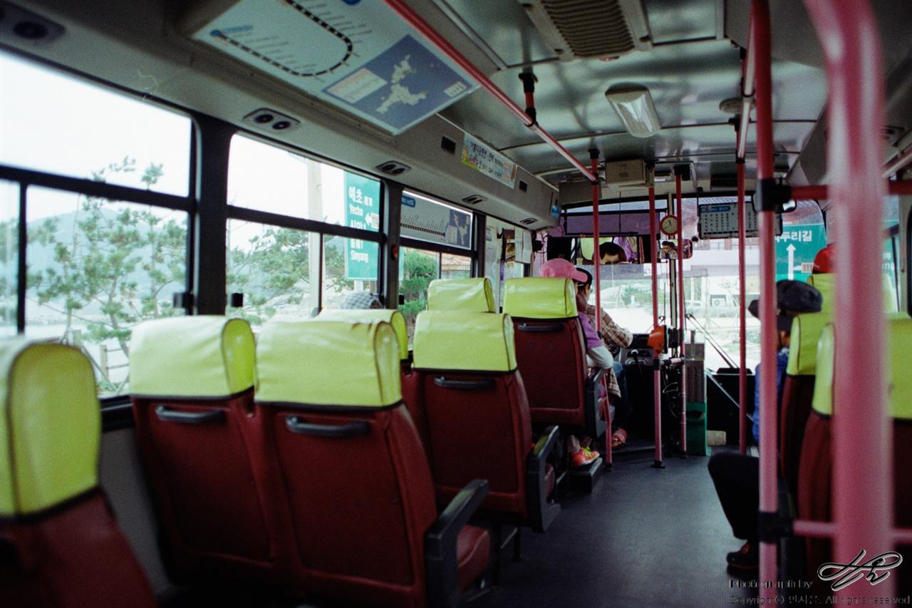 추자도 버스 35mm네거티브 필름(프로이미지). 서로를 속속들이 알고있는 듯 기사님과 승객분들의 대화가 정겹다.