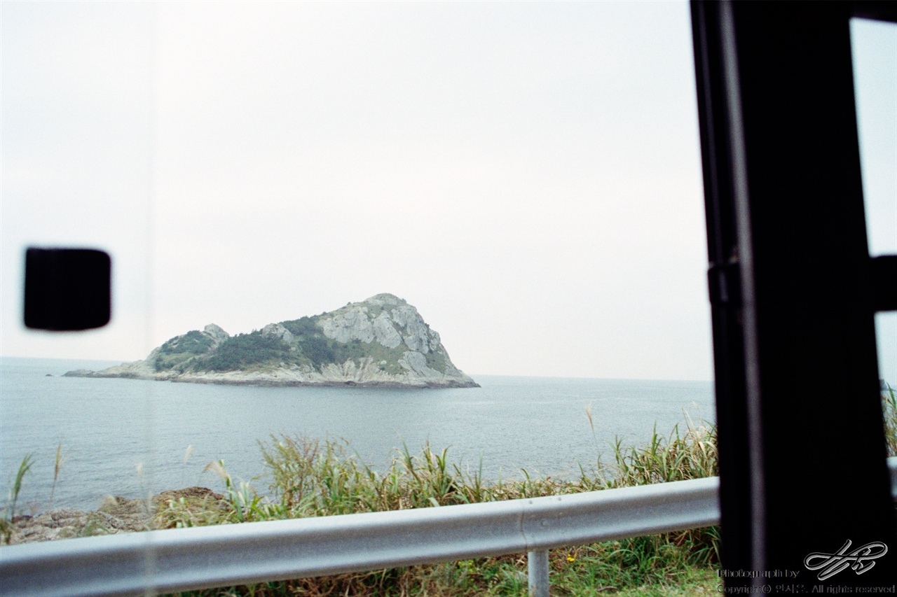 버스에서 35mm네거티브필름(프로이미지). 버스 차창 밖으로 보이는 풍경.