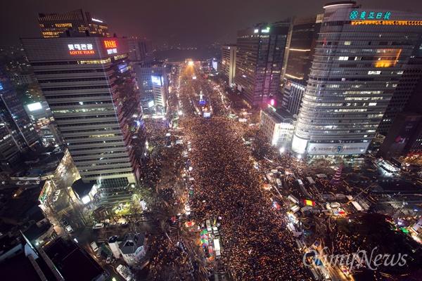 26일 박근혜 대통령 퇴진을 요구하는 제5차 촛불집회가 광화문 광장과 세종대로 일대에서 열리고있는 가운데 본행사가 끝난 후 행진을 시작하고있다.