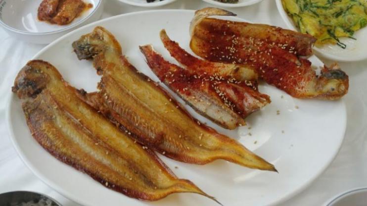 박대구이와 박대찜(왼쪽에서 세 번째는 서비스로 주신 생선)
