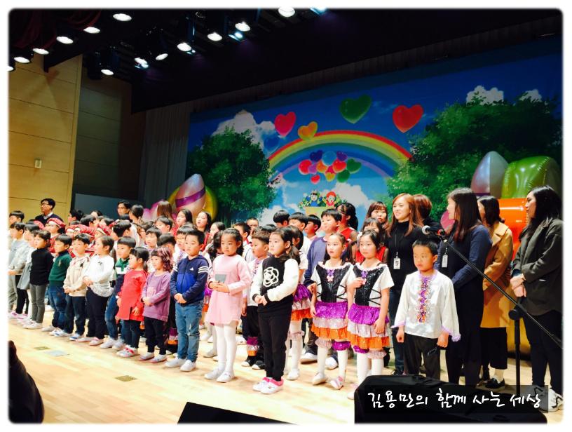 모든 공연 후 '붉은 노을'을 떼창하는 선생님과 아이들