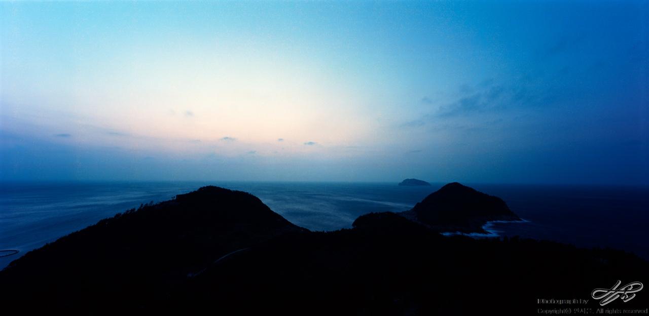 바람과 바다 중형필름 파노라마 포맷. 봉골레노을길의 노을 포인트에서 담은 해가 진 직후의 모습.
