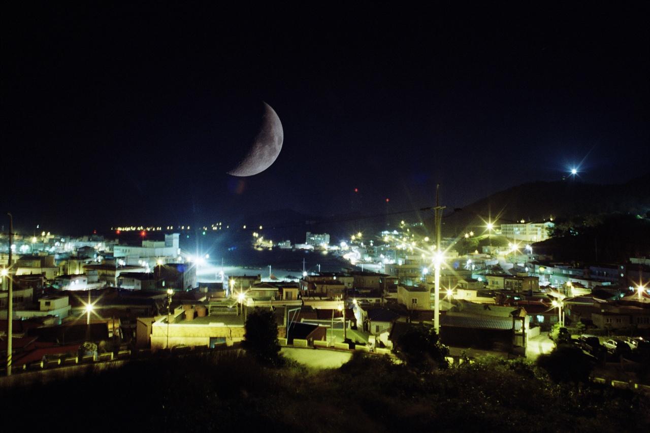 추자의 밤 35mm네거티브필름(프로이미지). 다중노출. 추자항과 달.