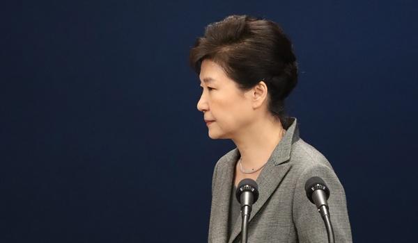 대국민담화 마친 박근혜 대통령 박근혜 대통령이 29일 오후 청와대 춘추관 대브리핑실에서 제3차 대국민담화를 발표한 뒤 밖으로 이동하고 있다.