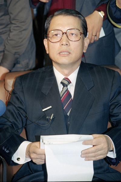 1992년 12월 21일, '부산 기관장 모임' 고발 사건과 관련 대통령 선거법 위반 혐의로 고발되어 서초동 검찰청사에 출두한 김기춘 전 법무부장관이 기자들의 질문에 답변하고 있다.