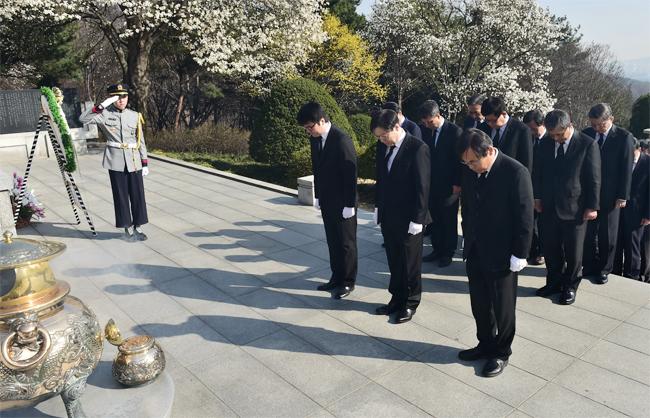 지난 4월 1일 창립 기념일을 맞아 박정희 전 대통령 묘소를 참배하고 있는 권오준 포스코 회장과 그룹사 사장단의 모습