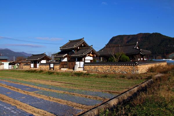 강에 누각이 있다는 경남 산청 강루리(江樓里)는 한때는 경형, 담분, 유취, 매연 등의 6개의 정자가 있었다는 마을이지만 지금은 1919년에 지은 읍청정(揖淸亭) 하나만 남아 있다.