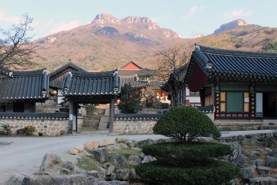 두륜산의 위용을 배경으로 자리잡고 있는 대흥사는 대단한 풍경을 자랑하는 사찰이다. 대흥사 일원은 국가 명승으로 지정되어 있다.