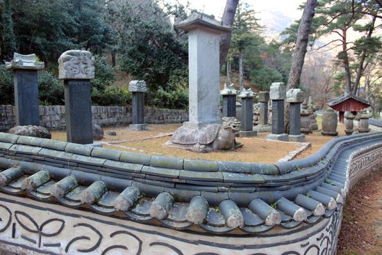 서산대사의 부도 등 50여 기의 대흥사 부도밭은 이 사찰의 깊은 역사를 말해준다. 이 중에서도 특히 서산대사의 부도는 보물로 지정되어 있다.