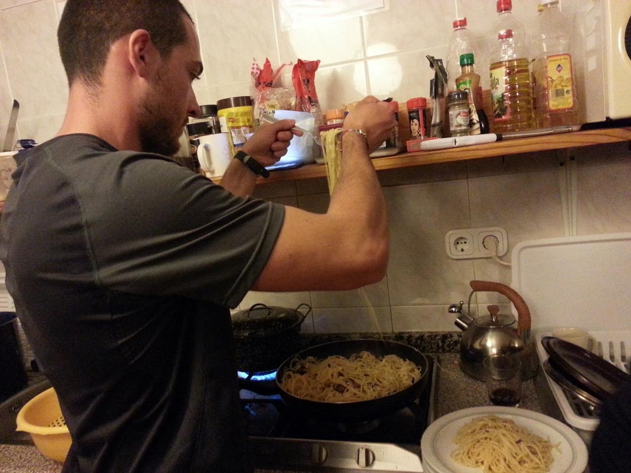 요리하는 이탈리아 친구 공동주방을 쓸 때는 한꺼번에 여러가지를 요리하거나 자리를 너무 많이 차지않도록 서로 배려가 필요하다