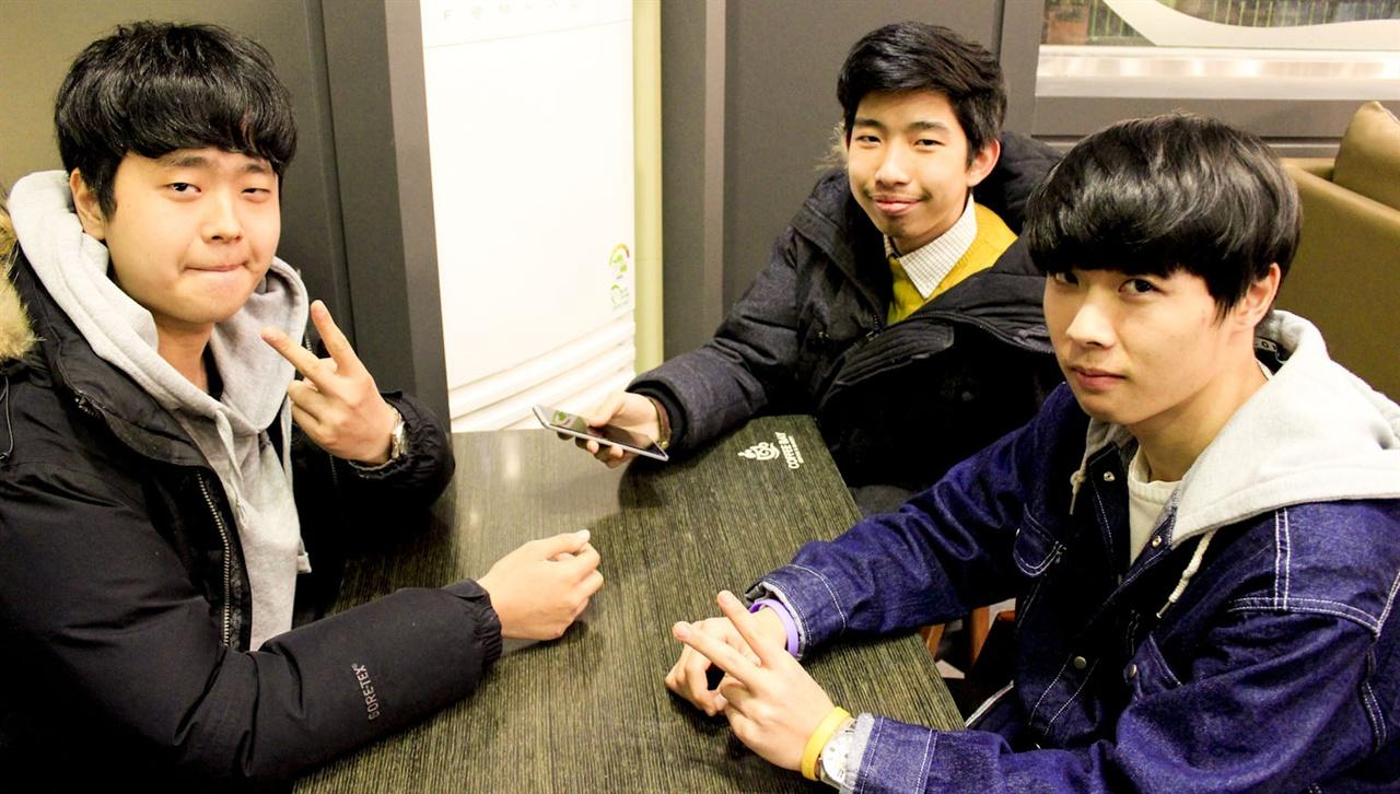 인터뷰에 참여한 고등학교 3학년 연합의 '수능 끝난 고3' 세 명. 왼쪽부터 안병현 씨, 양명렬 씨, 박신범 씨.