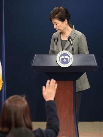 박근혜 대통령이 29일 오후 청와대 춘추관 대브리핑실에서 제3차 대국민담화를 발표한 뒤 돌아서자 한 기자가 손을 들어 질문이 있다고 표시하고 있다.