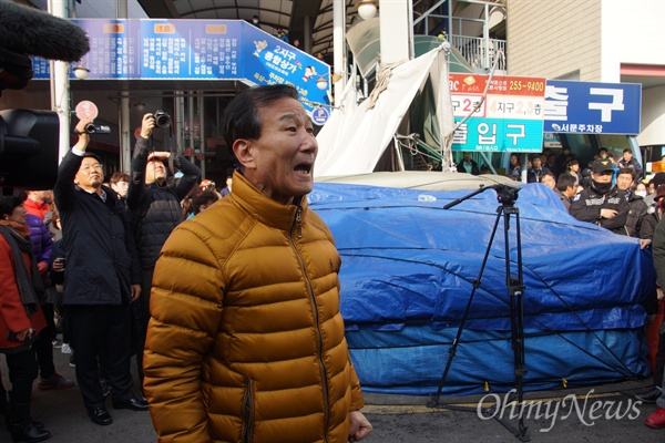 박근혜 대통령이 1일 오후 화재가 발생한 서문시장을 다녀간 후 한 상인이 역정을 부리고 있다.