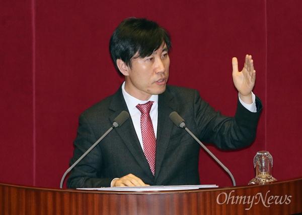 하태경 새누리당 의원이 1일 오후 국회 본회의장에서 5분 자유발언을 통해 박근혜 대통령의 퇴진 시점에 대해 야당도 협상에 나설 것을 주문하고 있다.