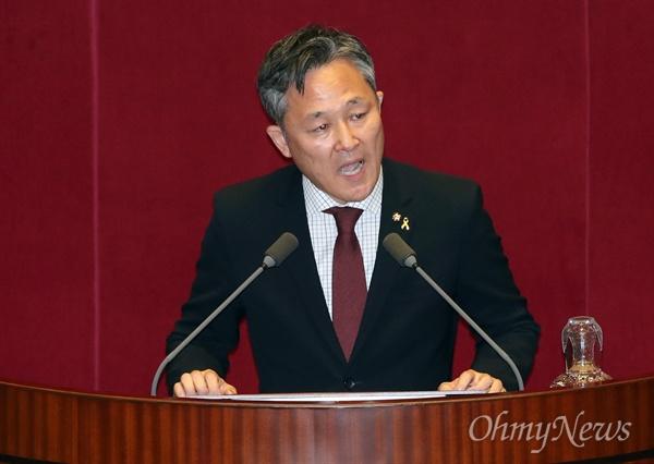 표창원 더불어민주당 의원이 1일 오후 국회 본회의장에서 5분 자유발언을 통해 박근혜 대통령에 대한 탄핵안 의결을 촉구하고 있다.