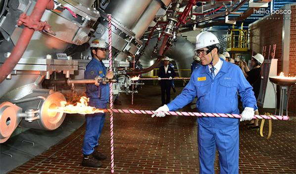 지난 6월 7일, 광양제철소 5고로에 불을 지피고 있는 권오준 회장