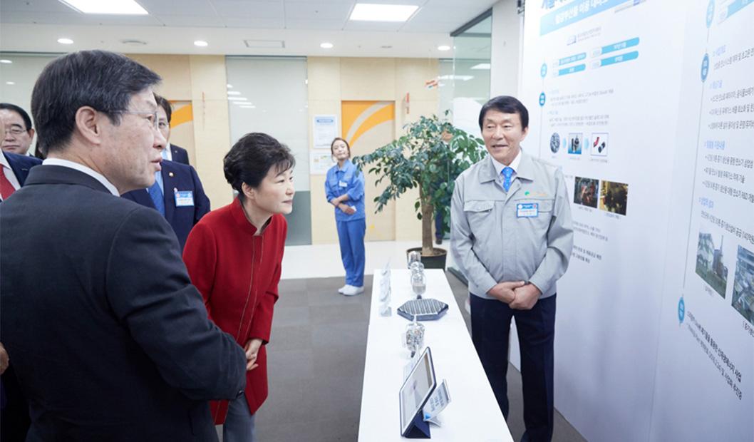 지난 9월 29일, 포항창조경제혁신센터를 방문한 박근혜 대통령이 권오준 포스코 회장과 함께 전시물을 관람하고 있다