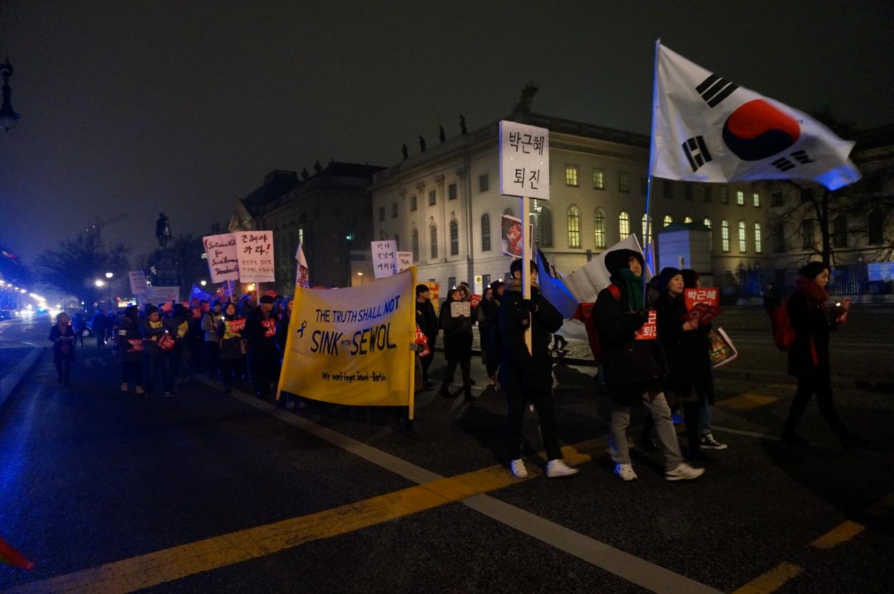 지난 11월 26일에 베를린에서 열린 박근혜 퇴진집회 베를린의 교민들이 박근혜 퇴진을 외치며 베를린 시내를 행진하는 모습/ 12월 10일에도 베를린에서 집회가 열릴 예정이다.