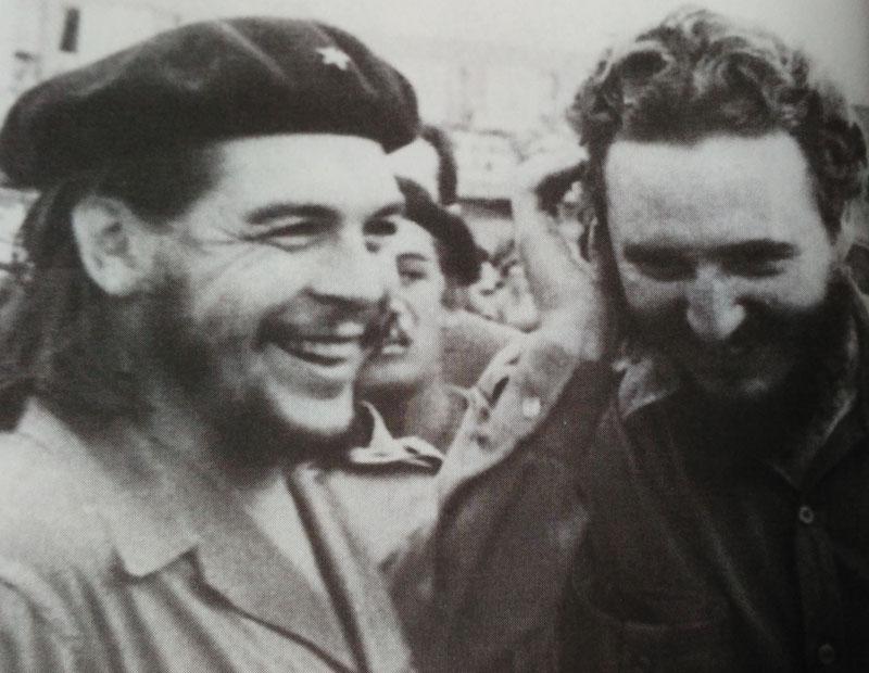 """""""체 게바라는 인류 역사상 가장 훌륭한 인간이었다. 그이는 마르크스-레닌주의 이념을 가장 신선하고, 순수하고, 혁명적인 방식으로 실천하였다."""" 체 게바라의(사진 왼쪽) 죽음 앞에 카스트로가(사진 오른쪽) 남긴 말. 이는, 카스트로가 혁명 동지 체 게바라에게 갖고 있는 굳은 신념이었다."""