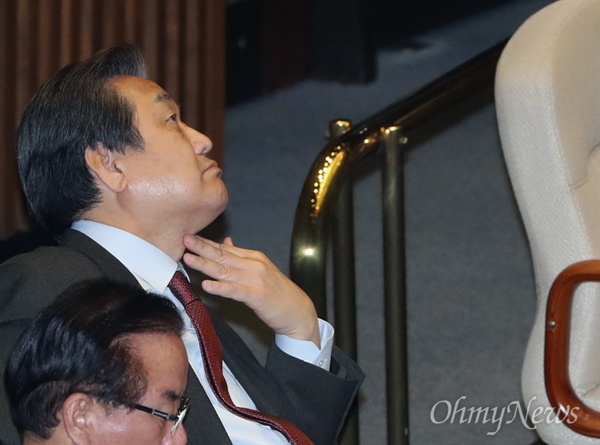 김무성 새누리당 전 대표가 2일 오후 국회 본회의장에서 생각에 잠겨 있다.