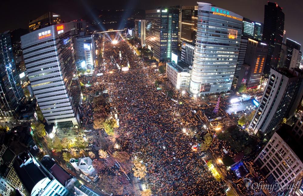 지난 11월 26일 박근혜 대통령 퇴진을 요구하는 제5차 촛불집회가 광화문 광장과 세종대로 일대에서 열리고있는 가운데 본행사가 끝난 후 행진을 시작하고있다