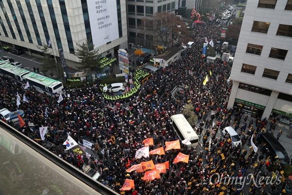 새누리당 해체 외친 시민들 박근혜 대통령 즉각 퇴진과 국회의 탄핵안 가결을 요구하는 6차 촛불집회가 예정된 3일 오후 서울 여의도 새누리당사 앞에 모인 시민들이 새누리당 해체를 요구하고 있다.