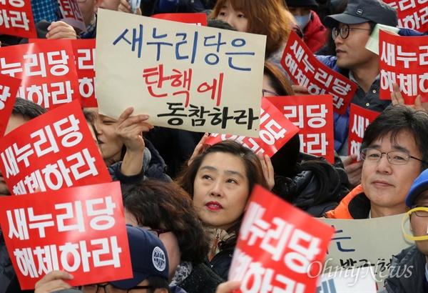 """""""새누리당은 탄핵에 동참하라"""" 박근혜 대통령 즉각 퇴진과 국회의 탄핵안 가결을 요구하는 6차 촛불집회가 예정된 3일 오후 서울 여의도 새누리당사 앞에 모인 시민들이 새누리당 해체를 요구하고 있다."""